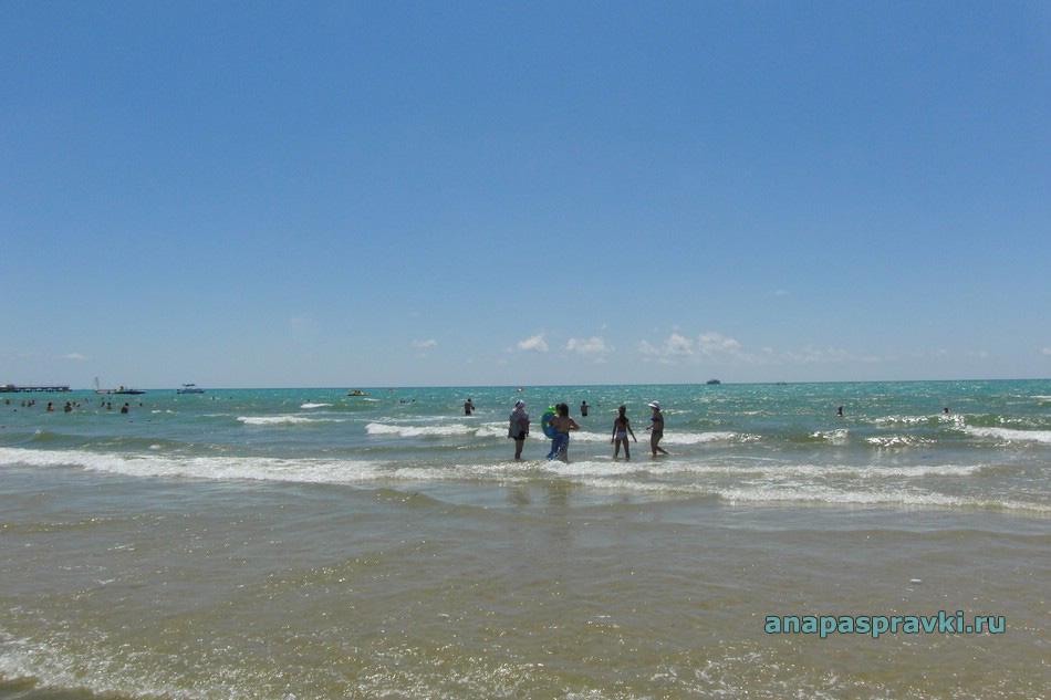 Морской отдых на пляже в Витязево